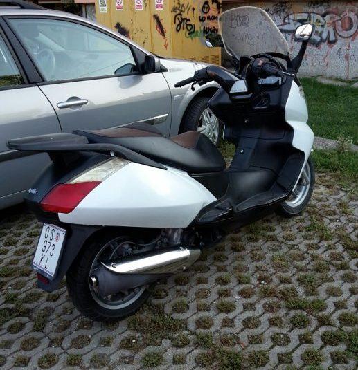 prodajem maxi skuter aprilia atlantic 250